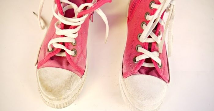 Clean old sneakers with this easy shoe hack!