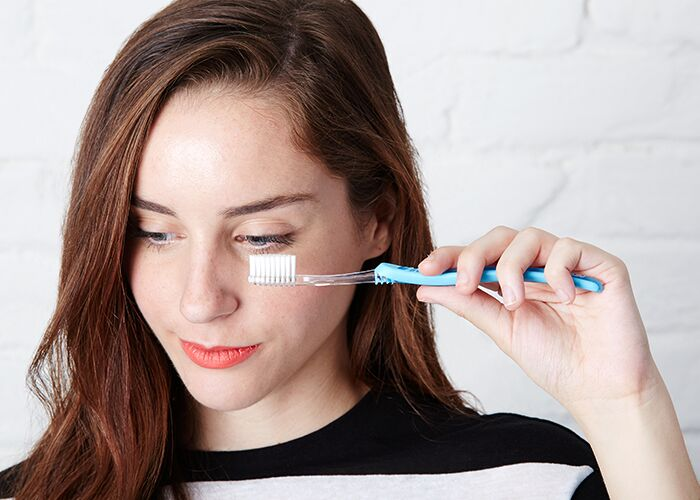 toothbrush-to-unclump-mascara