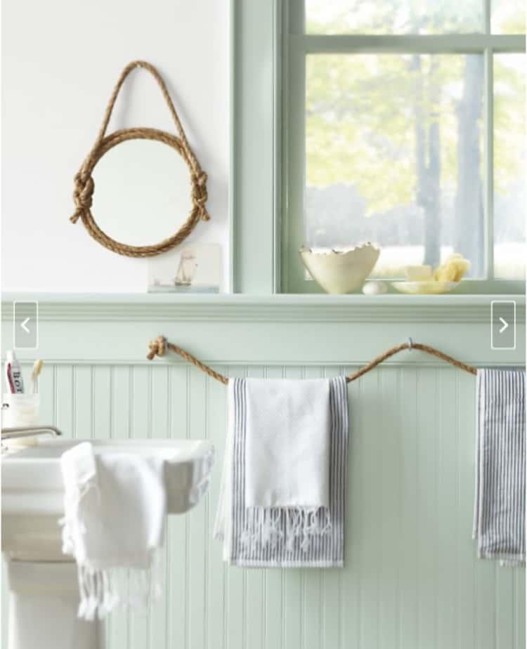 Rope line towel holder
