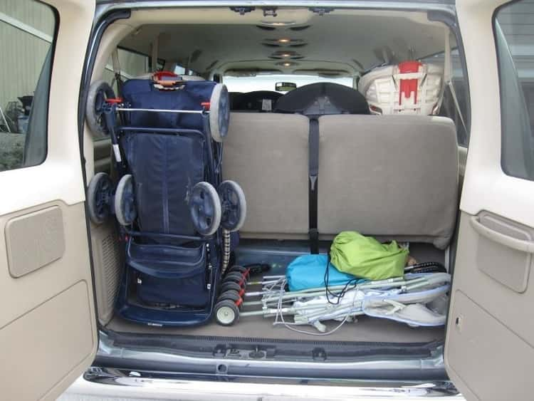bungee cord uses - car trunk organized by using bungee cord to hold up the larger stroller